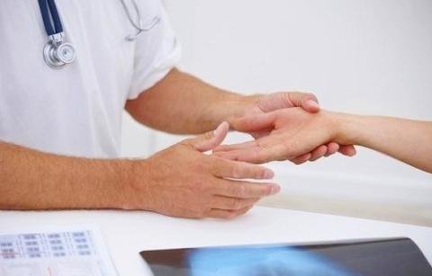 Немеют пальцы на левой и правой руке: причины